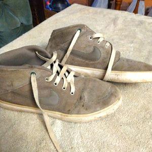 Grey Nike suektos